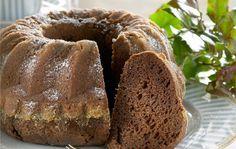 Mummin kakku Mummin kakku on hyvin säilyvä ja maukas kahvikakku. Kahvi, omenasose ja suklaa antavat makua kakulle, joka kostutetaan meheväksi liköörillä. 1. Voitele ja korppujauhota kahden litran vetoinen rengasvuoka tai kaksi pientä, korkeareunaista vuokaa. Kuumenna uuni 175 asteeseen. Sekoita jauhot, vanilja, leivinjauhe ja sooda keskenään. Suodata kahvi. Sulata suklaa mikrossa tai kiehuvassa vedessä metalliastiassa. 2. … Baking Recipes, Cake Recipes, Dessert Recipes, Desserts, Finnish Recipes, Fruit Bread, Sweet Bakery, Sweet Pastries, Fat Foods
