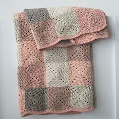 E-opskrift på et hæklet babytæppe i traditionelle firkanter. Måler 65 x 75 cm og er lavet i økologisk bomuldsgarn fra Krea Deluxe. se opskriften lige her.