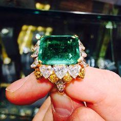 𝕋𝕙𝕖 𝔻𝕚𝕒𝕞𝕠𝕟𝕕𝕤 𝔻𝕖𝕒𝕝𝕖𝕣 💎 NOFILTER 💚💎💚 A #beautiful #emerald #heartshapediamond #yellowdiamond #goldring Emerald Rings, Emerald Jewelry, Gold Rings, Diamond Dealers, Heart Shaped Diamond, Colombian Emeralds, Cute Rings, Jewlery, Jade