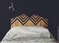 Декоративное изголовье кровати из дерева. Геометрический монохромный орнамент…