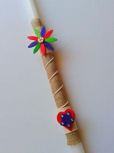Πασχαλινή χειροποίητη λαμπάδα με ξύλινα διακοσμητικά.