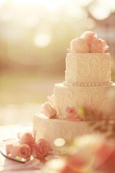 Torta de boda decorada con rosas de color rosa. #DecoracionBoda