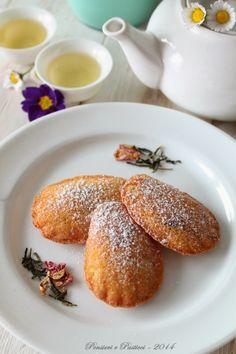 madeleines al tè, amarene e fiori