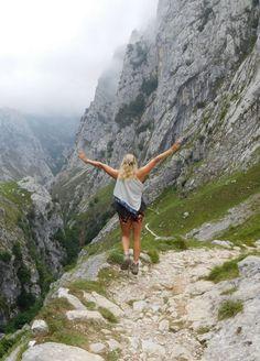 Picos de Europa is een vergeten pareltje onder de bergketens in Europa. Mocht je hier nog nooit geweest zijn en hou je van hiken, lees dan hier de beste routes en tips over dit overweldigende gebied in Spanje!