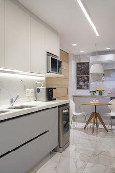 Cozinha com padrão marmorizado nos revestimentos em porcelanato, quartzo branco nas bancadas, e marcenaria cinza. Nova, Sweet Home, Kitchen, Home Decor, White Vanity Desk, White Quartz, Flats, Cooking, Decoration Home