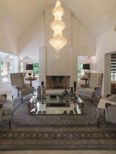 O projeto do arquiteto Rogério Pandolfo para esta residência de 700m², planejada para uma família superanimada com muitos amigos, levou em consideração o gosto dos clientes por festas, jantares e confraternizações. Ambientes integrados norteiam o layout de uma casa contemporânea, prática, iluminada e bela.