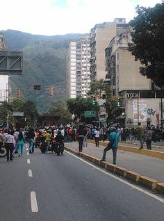En la ciudad de Caracas se agudiza la crisis por la falta de alimentos, la mañana de este jueves se reportan intentos de saqueos de forma simultánea en dos