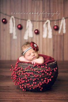 Ensaio newborn (recém-nascido) de Natal: cestinha com frutos vermelhos!