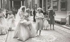 Lord Patrick Lichfield, el único familiar al que se le permitió tomar imágenes extraoficiales de la familia real británica y los invitados en la recepción, según afirma la casa de subastas RR Auction. Aparecen retratados algunos miembros de la realeza como la princesa Ana, la princesa Margarita, el príncipe Andrés i la reina de Inglaterra.