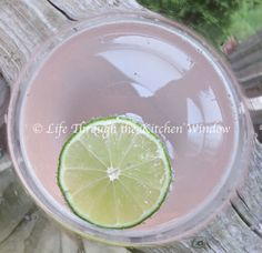 From Gastroposter Marlene Cornelis: How about a Rhubarb and Lime GT for a refreshing spring tonic? Tonic Water, Gin And Tonic, Rhubarb Cocktail, Cocktail Drinks, Cocktails, Rhubarb Syrup, Urban Cottage, Gin Fizz, Strawberry Smoothie