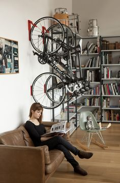 Si le vélo peut s'avérer très utile pour se déplacer rapidement et éviter les embouteillages en ville, il n'est parfois pas évident de le «ranger» au travail ou dans un appartement. Pour remédier à cela, l'entreprise londonienne Cycloc a mis au point un petit gadget permettant de ranger facilement un vélo à la verticale. Ce …