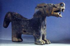 Vaso con forma de puma (Museum für Völkerkunde, Berlín). La cerámica de Tiahuanaco acentúa los contornos de las figuras, a diferencia de otros estilos más simples y rígidos, condicionados por la propia forma del recipiente. Las representaciones de animales sagrados como el puma o el cóndor son muy típicas por su simbolismo, relacionados con la fuerza, el dominio y la fertilidad. La longitud de la cola ofrece siempre una imagen de veneración y respeto para quien posee su figura.
