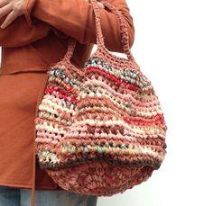 Blij om mijn nieuwste toevoeging aan mijn #etsy shop te kunnen delen: Handmade hand-boodschappentas van recyclede repen natuurlijke materialen / stof. Handmade Tote Crocket bag with fabric strips. OOAK