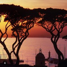 A stunning and romantic sunset in St Tropez! #sainttropez #landscape_captures #bestoftheday #france  Pic by @gabriellpix #globetrotter #worldplaces #wanderlust by globotrip_viagens