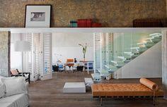 Pranchas de madeira laqueada dão uso à parte alta das paredes. + escada + piso