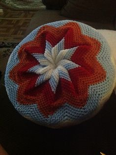 Pinwheel Pillow: free crochet pattern- I want to try this in country blue, autumn red, and cream to match the American Flag afghan I am making. Crochet Pillow Pattern, Crochet Cushions, Baby Blanket Crochet, Crochet Motif, Crochet Designs, Free Crochet, Crochet Patterns, Crochet Home, Crochet Gifts
