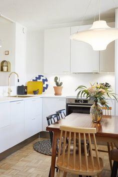 Asuntokaupat sokkona -ohjelman kahdeksannen jakson kodissa Retro-vetimet pääsivät oikeuksiinsa! Keittiöstä löytyy messingöidyt kultaisen sävyiset Retrot ja kodin muissa kaapeissa valkoiset Retrot. #asuntokaupatsokkona #nelonen #jakso8 #vetimet #vedin #sisustus #sisustussuunnittelu #keittiö #keittiösuunnittelu #inspiraatio #ideoita #kitchen #interior #design #Retro #kulta #messingöity #valkoinen #lankavedin #säilytys #kaapit #säilytystila #helatukku Retro, Table, Furniture, Home Decor, Decoration Home, Room Decor, Tables, Home Furnishings, Retro Illustration