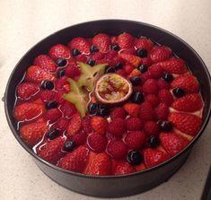 Nøttekake med vaniljekrem & bær – Sunn & syndig Pavlova, Fruit Salad, Acai Bowl, Recipies, Food And Drink, Baking, Breakfast, Desserts, Cakes