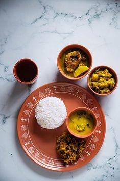 Bangladeshi Food, Bengali Food, Food Platters, Food Dishes, Veg Recipes, Indian Food Recipes, Traditional Indian Food, Traditional Frames, Food Decoration