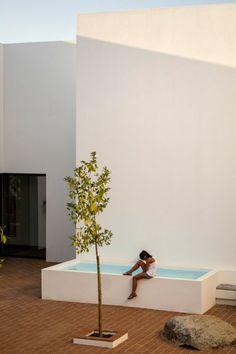 small above ground pool, minimalist white exterior of modern villa - Backyard Landscaping Backyard Patio Designs, Small Pools, Small Backyard Landscaping, Small Above Ground Pool, In Ground Pools, Mini Piscina, Kleiner Pool Design, Piscina Interior, Small Pool Design