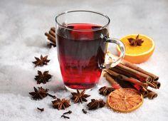 De decembermaand staat bekend om zijn koude dagen en dan is de behoefte aan warmte groter. Lekker warm in huis, het liefst bij de kachel, met een lekker kop thee of glühwein. Maar hoe maak je glühwein? En wat is het eigenlijk? Lees meer op: http://www.wijnspijsblog.nl/wijn/hoe-maak-je-gluhwein/