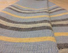 Cette belle nouvelle reine tissé à la main catalogne mesure 92 de large par 101 » long. L'attrayants douces nuances de violet et vert sont accentués avec une bande blanche. Cette couverture est un poids lourd offrant chaleur et confort pour les froides soirées d'hiver. Fabriqué sur un métier traditionnel, il est unique et de qualité artisanale. À la machine de lavage et la pendaison il sécher permettra de garder à la recherche de son meilleur pour les générations à venir. Woven Rug, Woven Fabric, Large Beds, Shades Of Purple, Dusty Rose, Background Colour, Blue Stripes, Colorful Backgrounds, Hand Weaving