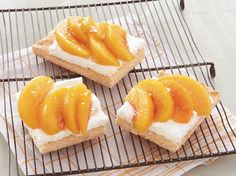 French Peach Tart / Serve this classic dessert made with peaches and Bisquick® mix – perfect if you love French cuisine. French Peach Tart Recipe, Peach Tart Recipes, Just Desserts, Delicious Desserts, Dessert Recipes, Yummy Treats, Sweet Treats, Bisquick Recipes, Classic Desserts