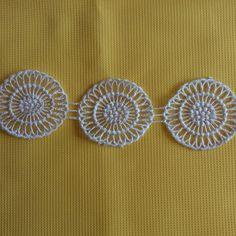 http://infantialia.es/es/aplicaciones-para-camisetas/234-adorno-de-circulos-6-cms-.html  Apliques de círculos de hilo de algodón. 6 cms de ancho en color blanco. Venta por metros. En 1 metro se incluyen 15 unidades.