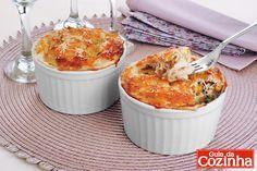 Clique e confira esta receita de Suflê de frango e milho com queijo parmesão. É uma opção fácil e suculenta que vai arrancar um mar de elogios!