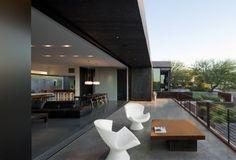 entspannte terrasse innen außenbereich weiße sessel kontrast