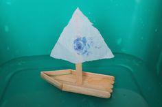 Bateau construit avec des bâtonnet de glace coller les un aux autres, voile fabriqué a partir de tissu