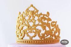 Princess birthday cake by Mito Sweets - Cake by Mito Sweets - CakesDecor Fondant Crown, Crown Cake, Fondant Cake Tutorial, Fondant Toppers, Jasmine Cake, Disney Themed Cakes, Tiara Cake, Cake Design Inspiration, Cake Accessories