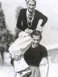 Coco Chanel op de schouders van Serge Lifar, één van de sterdansers van de Ballets Russes. Foto door Jean Moral, 1937.