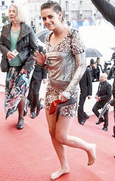 Kristen Stewart Coming Out, Kristen Stewart Pictures, Celebrity Look, Celebrity Feet, Emily Foxler, Emma Watson Legs, Crotch Shots, Kirsten Stewart, Barefoot Girls