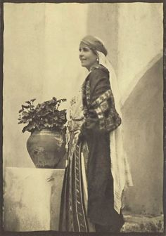Queen Marie of Romania Gallery / H. Queen Marie of Rumania Vlad The Impaler, Gypsy Wagon, Queen Mary, British History, Old Photos, Royalty, Statue, Gallery, Pictures