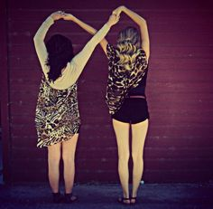 I wish me and my bff could do this but we have completly differnt heights so its messes up😖😋😂😅