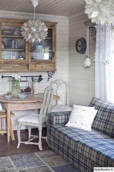 Vicky's Home: A small cottage in Finland / A small cottage in Finland Rustic Shabby Chic, Rustic Cottage, Cottage Style, Rustic Cabins, Cottage Ideas, Interior Exterior, Interior Design, Country Style Homes, Farmhouse Style