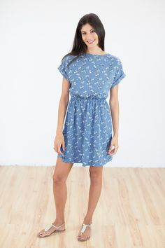 Dress Dafodiles in blue colour! The shortsleeve dress has a boat neck cut, a waistband that makes you figure more feminine and flower designs all over. Short Sleeve Dresses, Dresses With Sleeves, High Neck Dress, Explore, Blue, Vintage, Collection, Style, Fashion