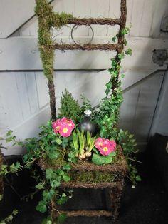 Workshop bloemschikken voorjaar/zomer 2014 - Zomerse stoel 75.00 Chair Planter, Modern Flower Arrangements, Easter Flowers, Garden Junk, Nature Decor, Flower Show, Yard Art, Garden Inspiration, Art Decor