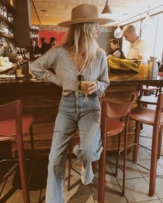 high rise jeans and sweater - Maria Fashion high rise jeans and sweater Looks Chic, Looks Style, Fall Winter Outfits, Autumn Winter Fashion, Winter Style, Easy Style, Look Fashion, Fashion Outfits, Spain Fashion