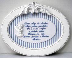 Quadro oval 36x27cm com oração Santo Anjo bordada. Anjo de resina ajoelhado e arabesco, com opção de escolher o tecido e cores de fundo.  Quadro todo branco ou provençal. R$ 150,00