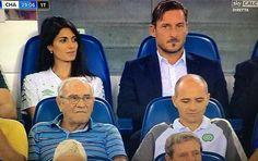 Cosa starà pensando il sindaco di Roma di Francesco Totti? #raggi #totti #roma #asroma #romachapecoense #chapecoense #forcachape