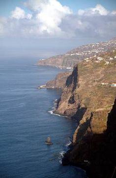 Entre o mar e a montanha, os encantos da Ilha da Madeira  Via O Globo   10/01/2013  Vista aérea da Madeira, território português no Oceano Atlântico, a 500 km da costa do Marrocos  Foto: Eduardo Vessoni  #Portugal