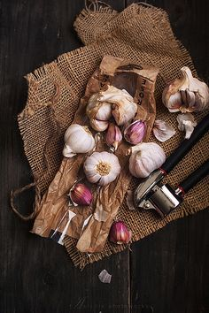 always pleasure for me , roaming around vegetable market . If I am lucky there will be beautiful creatures which I even never seen before. I thought they would be pink inside, in fact only their skin :). Happy weekend my friends ! Vegetables Photography, Flat Lay Photography, Food Photography Styling, Food Styling, Food Design, Web Design, Foto Still, Garlic Benefits, Barber Shop Decor