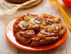 בצק הפיצה הכי קל ומהיר בעולם: לשים קצרות, מרדדים, מורחים ברוטב עגבניות, מפזרים גבינה ותוספות ושולחים לתנור