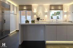 Weiße Küche mit dunklen Rolos www.kellyhoppen.com www.regal-homes.co.uk