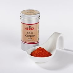 Gemahlen, mittelscharf - Guajillo Chillies sind getrocknete Mirasol Chili-Schoten. Sie eignen sich gut zum Würzen von Eintöpfen und Fleischgerichten oder werden auch gern zum Färben genutzt. Ursprung: USA....