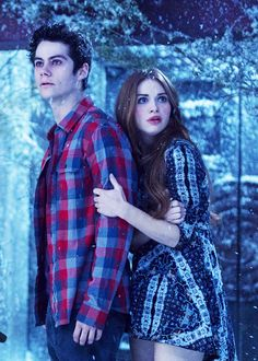 Stiles Stilinski & Lydia Martin She always looks beautiful. And Stiles looks still possessed. Stiles Teen Wolf, Stiles Et Lydia, Teen Wolf Isaac, Teen Wolf Dylan, Teen Wolf Cast, Scott And Stiles, Scott Mccall, Tyler Posey, Lydia Martin
