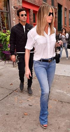Jennifer Aniston and Justin Theroux Head Out for Some Retail Therapy in New York from InStyle Jennifer Aniston Style, Summer Outfits, Casual Outfits, Cute Outfits, Fashion Outfits, 1990 Style, Jeniffer Aniston, Mode Statements, Look Jean