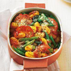 """Gnocchi-Auflauf mit grünen Bohnen Mit fertigen Gnocchi lassen sich blitzschnelle Aufläufe machen: Sie müssen nur zwei Minuten kochen. Richtig lecker wird's mit viel Gemüse: Bohnen, Tomaten und Spinat. <a href=""""/rezepte/rezepte/gnocchi-auflauf-mit-gruenen-bohnen"""">Zum Rezept: Gnocchi-Auflauf mit grünen Bohnen</a>"""